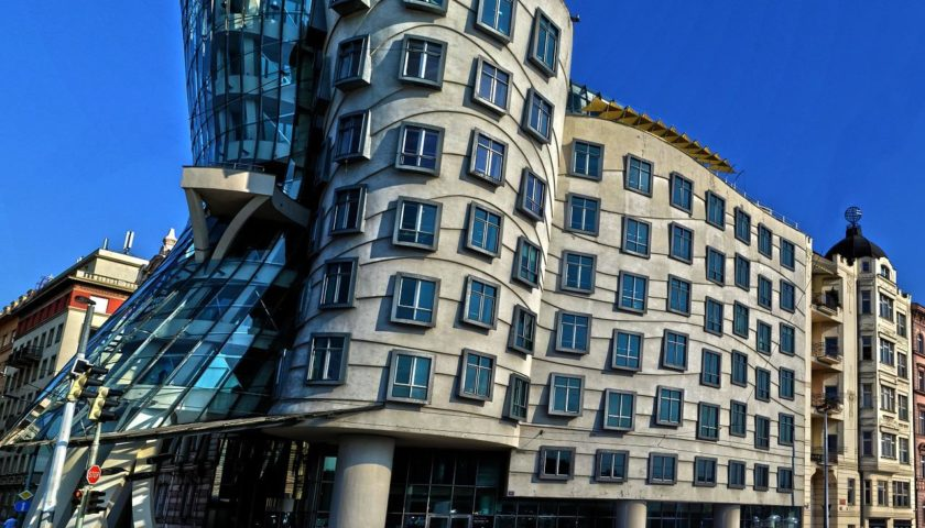 «Танцующий дом» в Праге по проекту Фрэнка Гэри