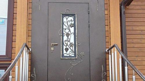 dveri_s_kovkoj_dvernik